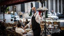 """""""Restons ouverts"""": les patrons de bars manifestent à Paris contre les nouvelles restrictions anti-Covid"""