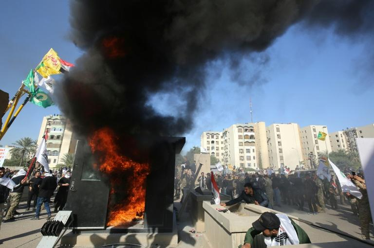 Iraqi protesters set a sentry box ablaze in the area of the US embassy compound in Baghdad (AFP Photo/Ahmad AL-RUBAYE)