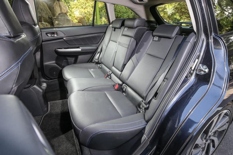 後座椅背改為4/2/4傾倒收折設計,舒適面與機能面稍微進化。