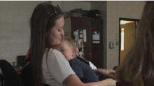 Adolescente viraliza ao levar bebê para sua aula na escola