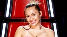 Miley Cyrus y el vestido de Agatha Ruiz de la Prada más divertido que hemos visto
