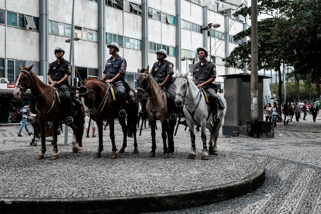 Mounted police officers patrol Rio de Janeiro's downtown on May 5, 2015 (AFP Photo/Yasuyoshi Chiba)