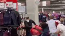 Crema, entrano senza mascherina all'ipermercato: scoppia maxi rissa - VIDEO