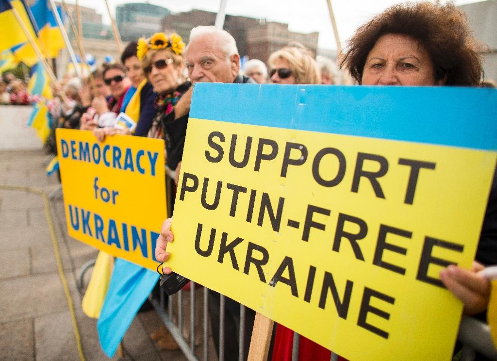 Supporters of Ukraine rally on Parliament Hill in Ottawa during Petro Poroshenko's visit to Canada on September 17, 2014 (AFP Photo/Geoff Robins)
