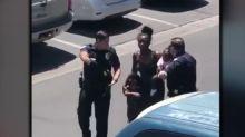 Bimba ruba una bambola: polizia minaccia i genitori con le pistole