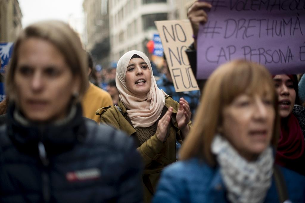 A woman applauds during a demonstration to demand to welcome refugees in Barcelona on February 18, 2017 (AFP Photo/Josep Lago)