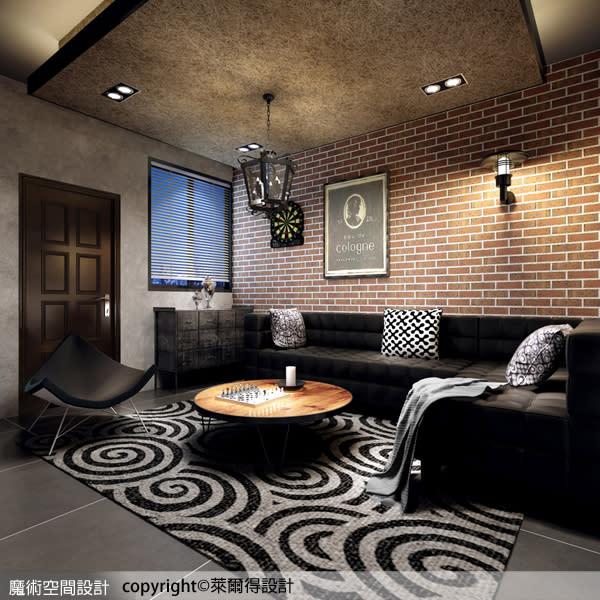 皮革製的沙發與磚面紋理的牆面形成前後強烈對比,也成為空間裡視覺焦點。