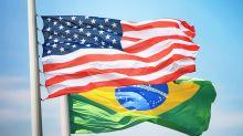 Brasileiros deportados dos EUA chegam ao Brasil em voo fretado e citam algemas nas mãos e pés