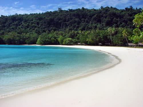 圖/萬那杜的香檳灣,以如香檳氣泡的海水和柔白細沙聞名。(近代旅行社提供)