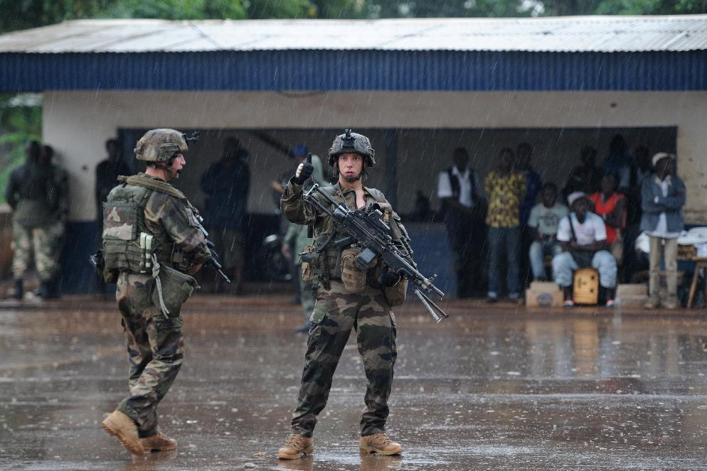 French soldiers of the Sangaris force patrols on July 8, 2014 through the PK12 area of Bangui (AFP Photo/Stephane De Sakutin)