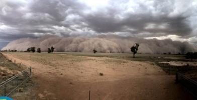 驚悚!鋪天蓋地 巨大沙塵暴席捲小鎮
