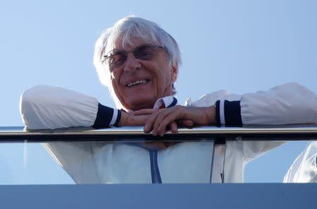El ex presidente ejecutivo de la Fórmula Uno Bernie Ecclestone mira desde un balcón durante el Gran Premio de Rusia