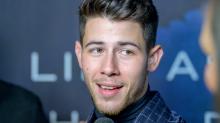 Nick Jonas fuma en la portada de una revista y sus fans se le echan encima