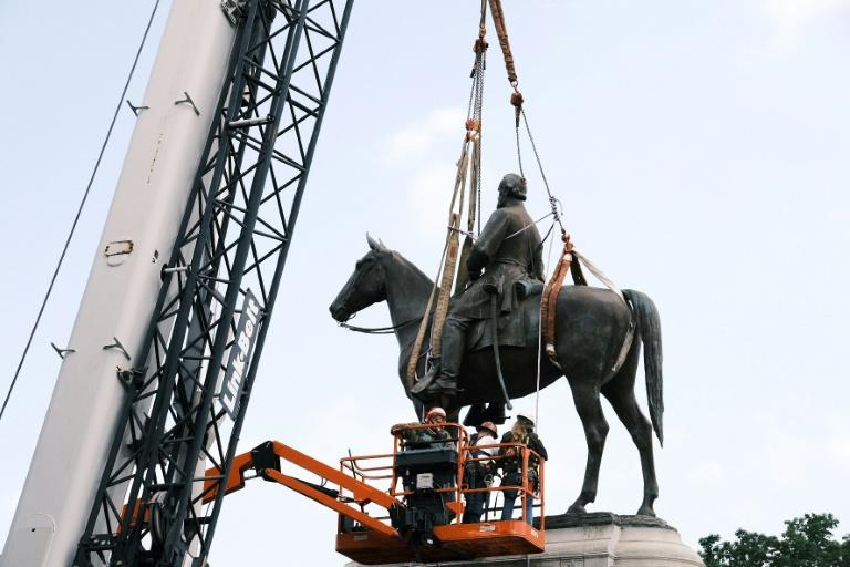 """Work crews removing the statue of Confederate general Thomas """"Stonewall"""" Jackson in Richmond, Virginia (AFP Photo/Eze Amos)"""