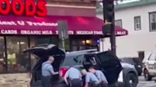 Nell'ultimo filmato si nota che erano tre i poliziotti sopra il 46enne