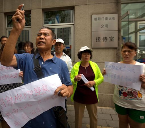 Chinese Relatives of MH370 Passengers Protest Against Calling Off Search