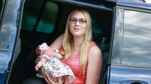 Nascimento dramático de bebê no o banco de trás de um carro foi registrado em uma câmera automotiva
