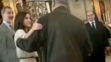 La reina Letizia se salta el protocolo ante la mirada sorprendida de Felipe VI