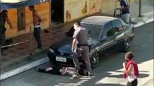 Um PM branco pisando no pescoço de uma mulher preta: o que cena representa?