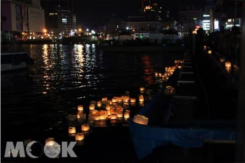 每年中元節放水燈活動都吸引了相當多的觀眾參與(圖片提供/基隆市政府)