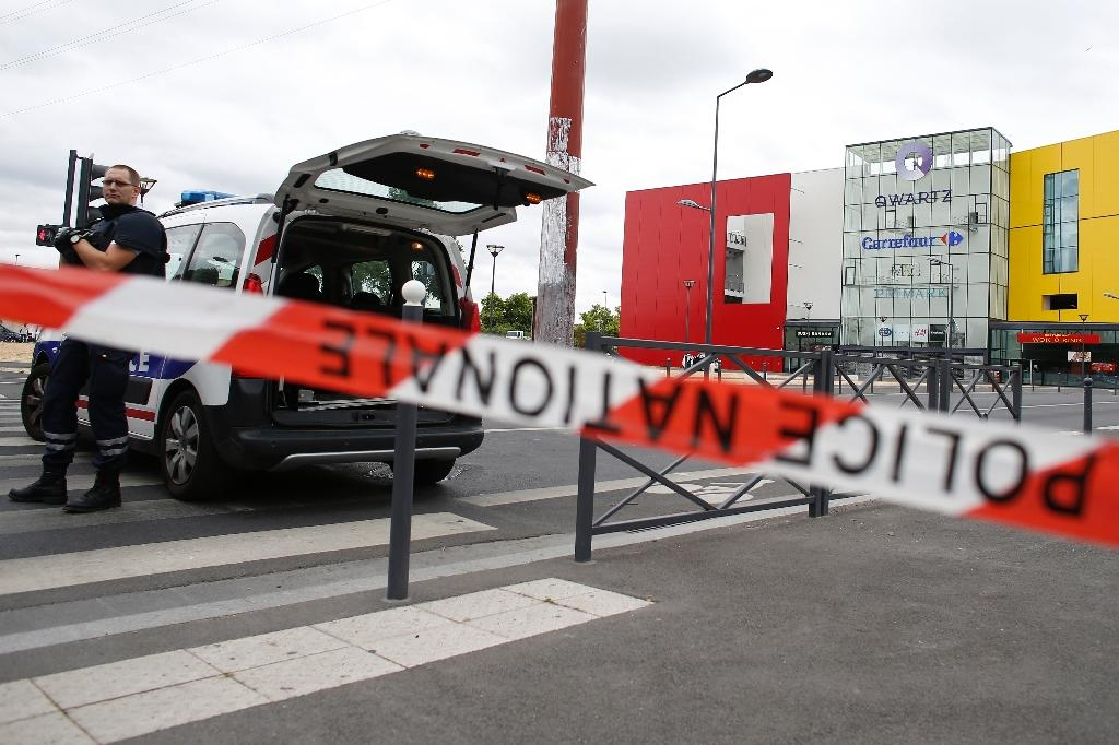 French police say the gunmen are still on the loose and believed to be inside the Qwartz mall in Villeneuve-la-Garenne, on July 13, 2015 (AFP Photo/Thomas Samson)