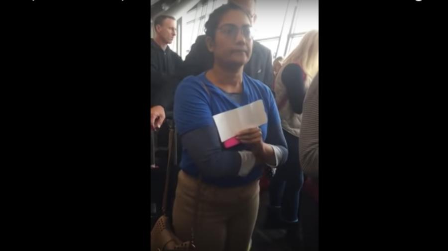 Policía se lleva a mujer que pedía a pasajeros de un aeropuerto que se 'sienten'