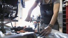 Jovem rejeitada por oficinas mecânicas cria curso para mulheres