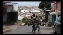 """Professor faz """"delivery"""" de dever de casa a moradores de favela"""