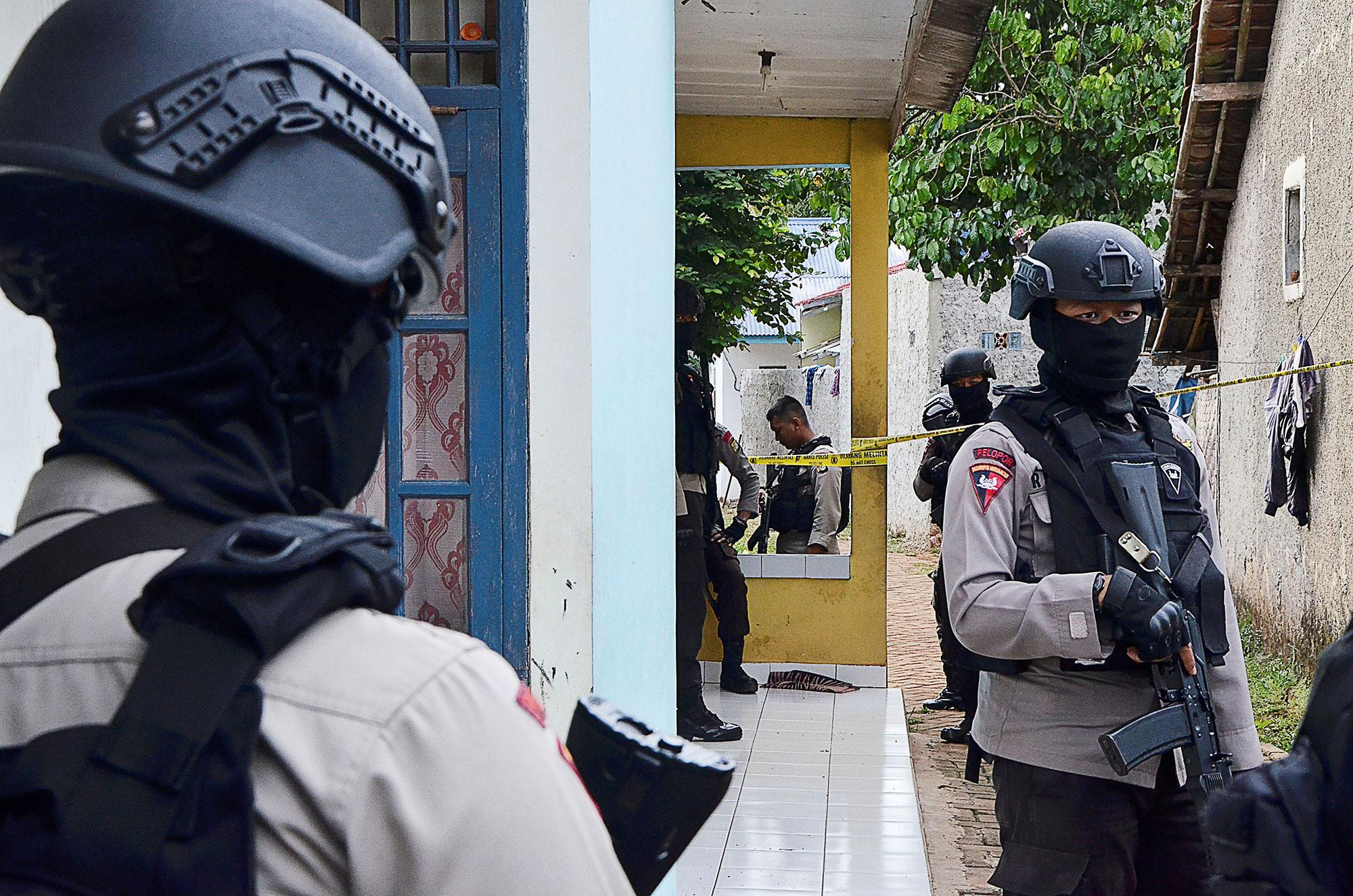 <p>Police officers stand guard outside the house of a suspected militant after anti-terrorism police from Densus 88 unit killed three suspects in a gunfight at another location in Serpong, South Tangerang, near Jakarta, Indonesia on Dec. 21, 2016. (Photo: Antara Foto/Fakhri Hermansyah/ via Reuters) </p>