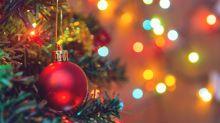 Volles Weihnachtsvergnügen mit halben Weihnachtsbäumen