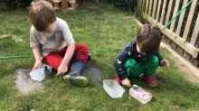 Un padre se ingenia este truco para mantener ocupados a sus hijos