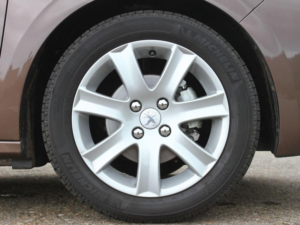 腳踩16吋七輻式輪圈,亮銀色塗裝相當顯眼。