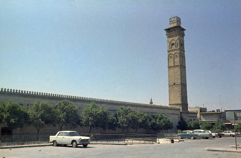 En esta foto del 22 de septiembre de 1973 se ve el minarete de la mezquita Umayad en Alepo, Siria. La prensa estatal siria y activistas opositores dijeron que el minarete fue destruido, aunque las dos partes lo atribuyen a sus adversarios (AP Foto/Azad, Archivo)
