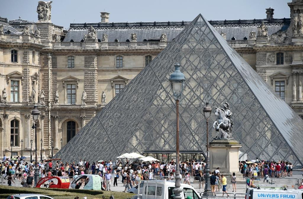 The French justice system closed an official investigation into allegations that the Louvre museum in Paris discriminated against Israeli students who wished to visit the world-famous museum (AFP Photo/Miguel Medina)