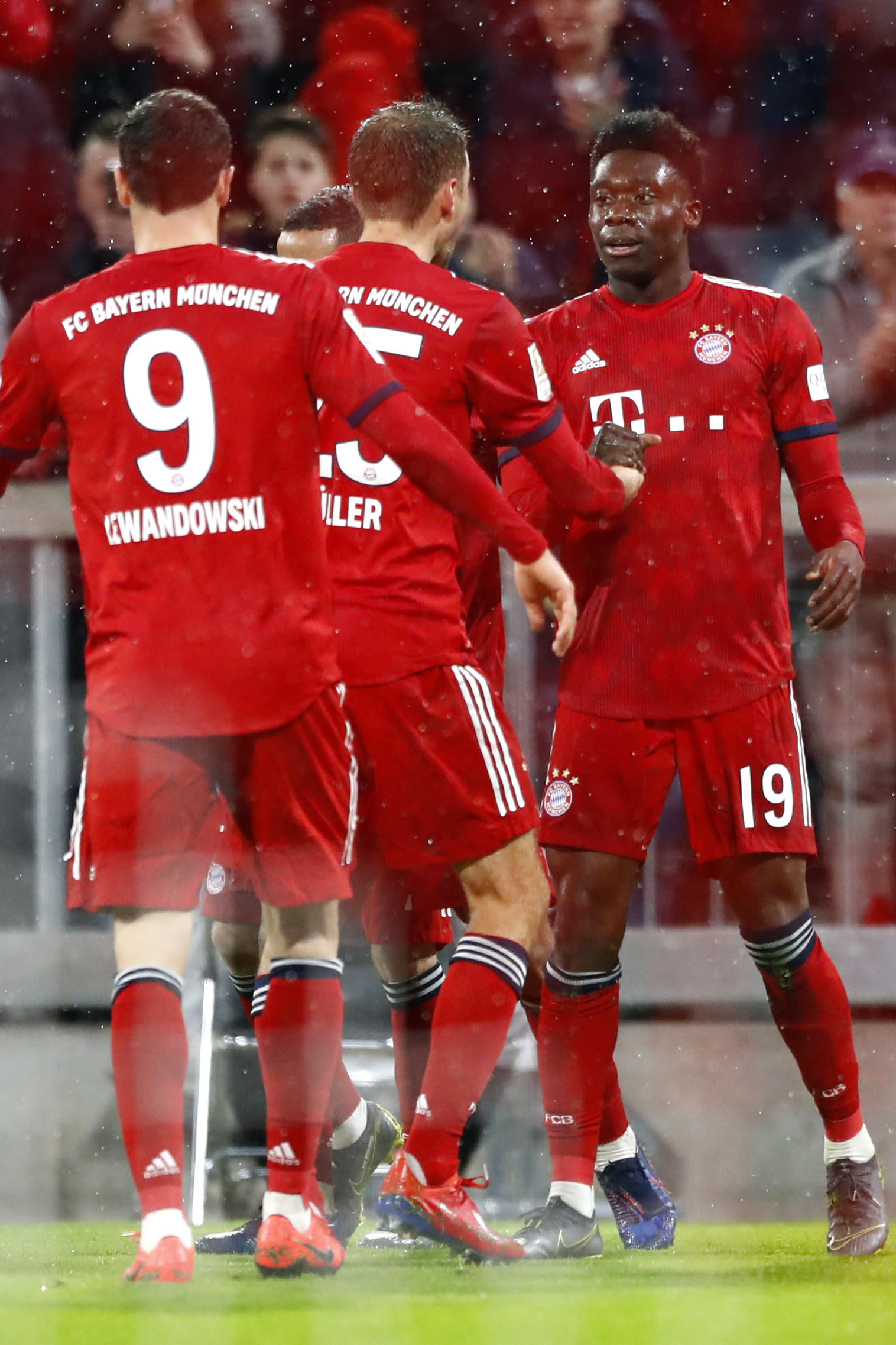 lowest price 918e6 70eb7 Canadian teen Alphonso Davies scores his 1st goal for Bayern