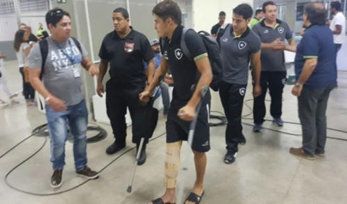 Marcinho rompe ligamento do joelho direito e para por seis meses