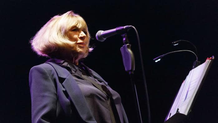 """""""Je ne pourrai peut-être plus jamais chanter"""" : Marianne Faithfull évoque les séquelles du Covid-19 avant la sortie d'un album le 30 avril"""