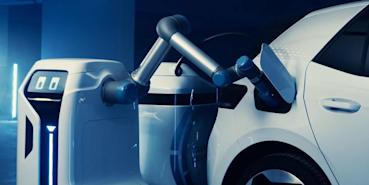福斯打造智慧充電機器人:你只需要停好車,機器人自動過去插電幫你充