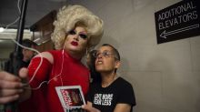 Pissi Myles, la drag queen que se robó las miradas en las audiencias del 'impeachment' a Trump