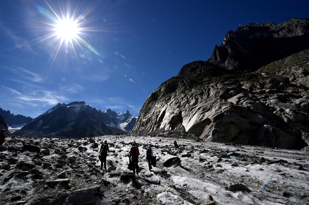Volunteers collect wastes on the Mer de Glace glacier in Chamonix-Mont Blanc, French Alps, on September 2, 2016 during the annual clean-up operation following the summer season (AFP Photo/JEAN PIERRE CLATOT)