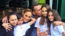 J.Lo y Álex Rodríguez presumen su enorme familia; ella advierte que no hay boda a la vista