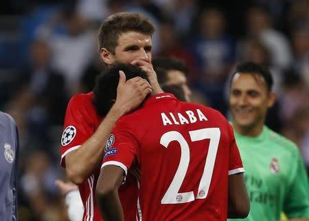 Los futbolistas del Bayern Munich Thomas Müller y David Alaba tras el partido con Real Madrid