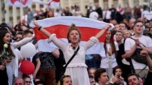 """Biélorussie: des milliers de manifestants à Minsk, le Kremlin """"confiant"""" dans une résolution de crise"""