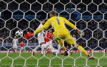 Fedor Smolov anota el primer gol para la selección de fútbol de Rusia