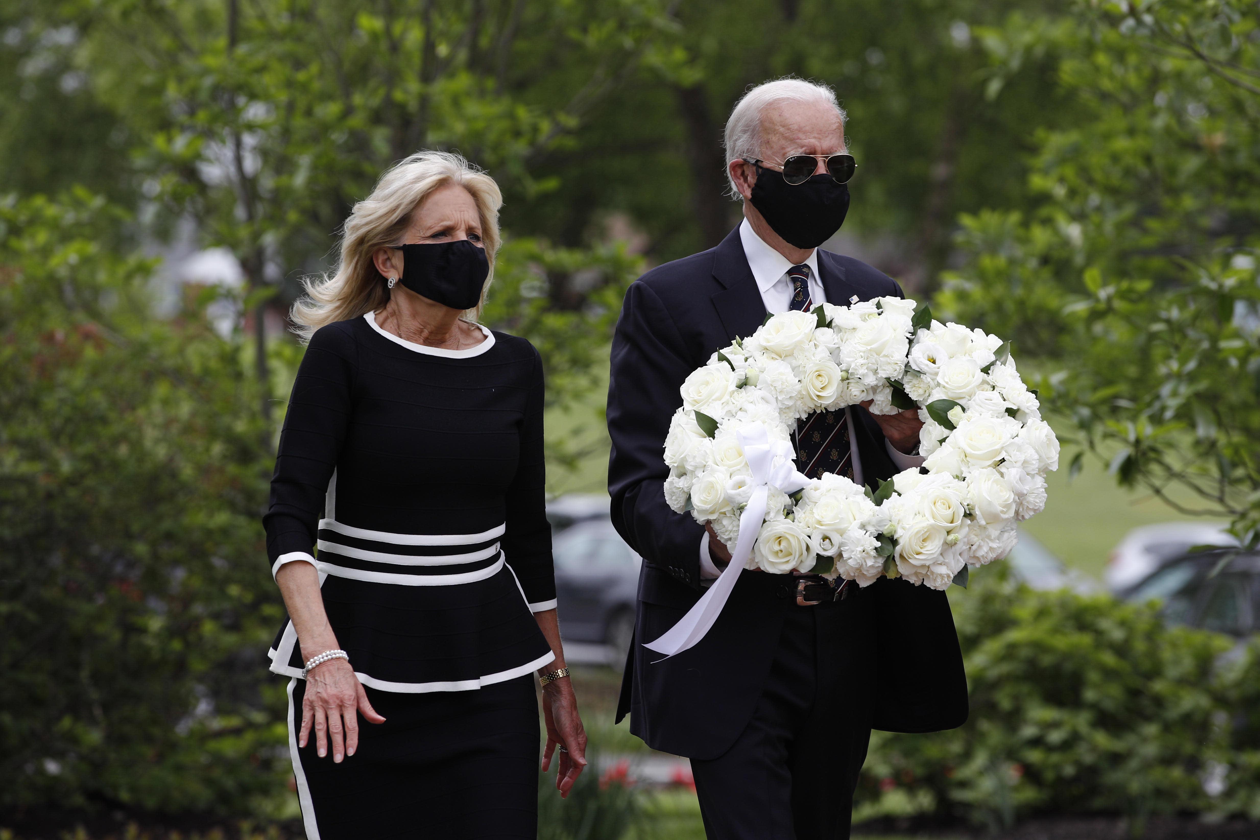 Trump on Twitter mocks Biden for wearing a face mask