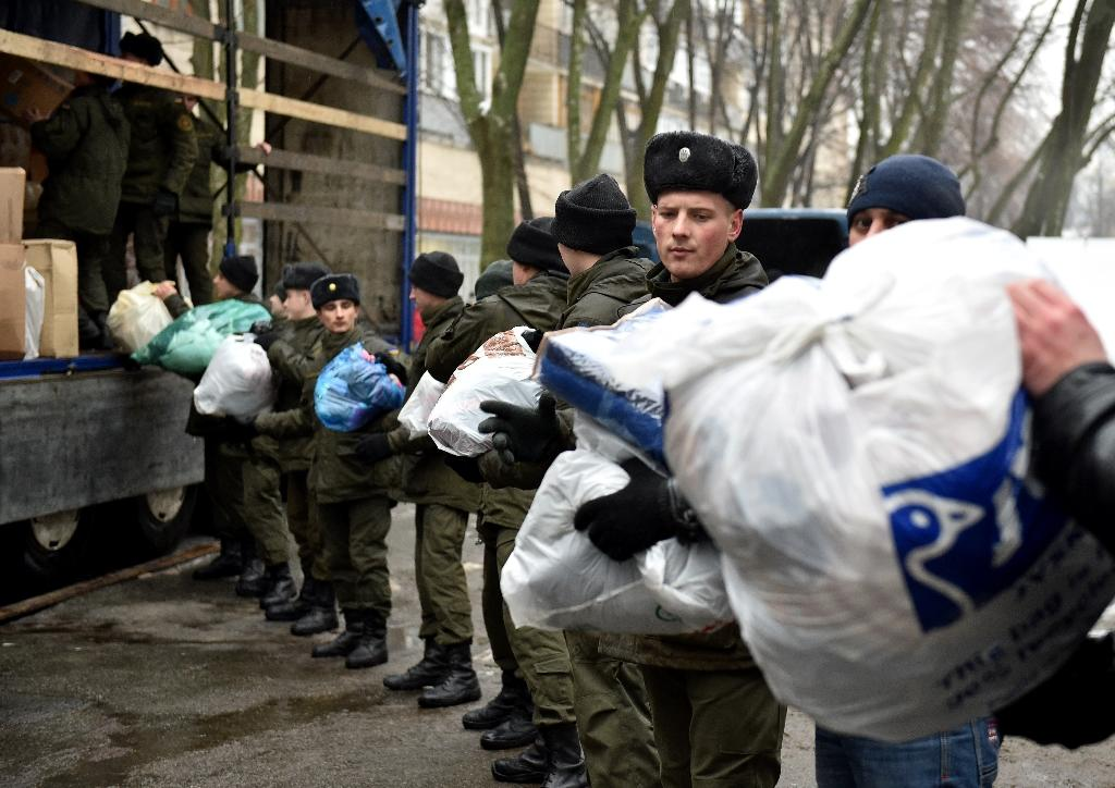 Servicemen of the National Guard of Ukraine and communal workers load humanitarian aid for Avdiivka inhabitants on February 3, 2017 (AFP Photo/GENYA SAVILOV)