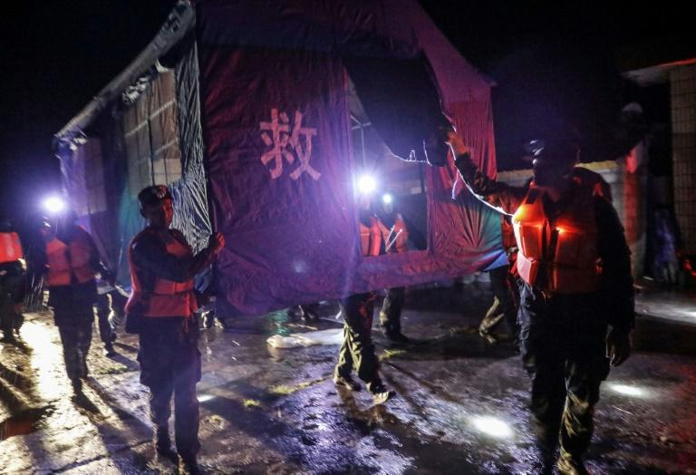 Rescuers set up makeshift tents for people affected by the floods in Mianning county (AFP Photo/STR)