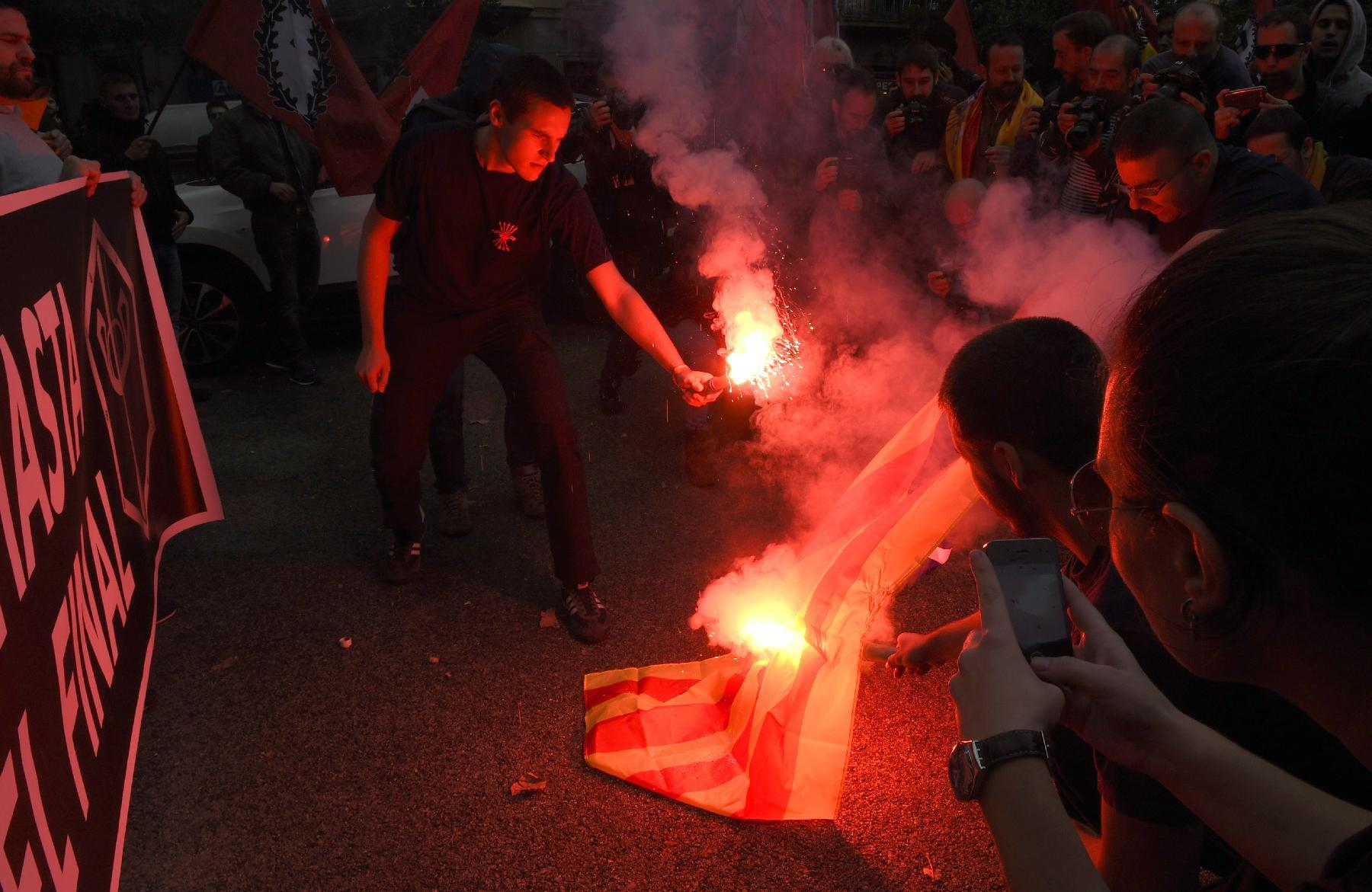 "Catalonian anti-independence militants burn the Catalan separatist flag, ""Estelada"", during a demonstration on November 9, 2014 in Barcelona (AFP Photo/Lluis Gene)"