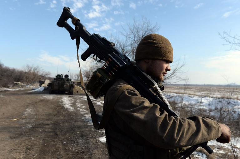A tank of pro-Russian rebels take a position outside Uglegorsk, 6 km southwest of Debaltseve, on February 19, 2015 (AFP Photo/Vasily Maximov)