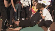挑戰街頭健身無極限 60歲胡瓜徒手舉起女團員